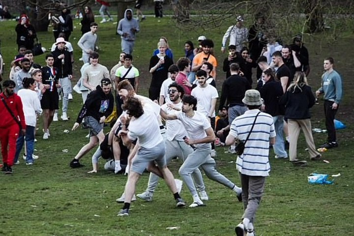 Moment booze-fuelled students brawl as they enjoy first day of freedoms in Nottingham park