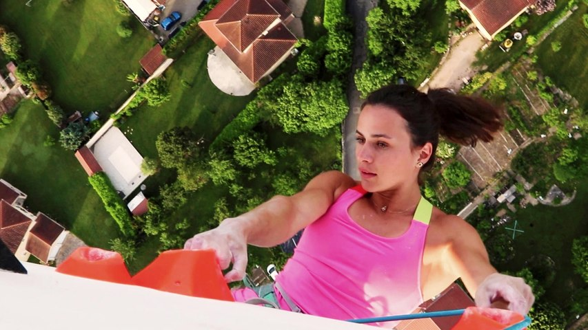 Daredevils 'rock climb' from a hot air balloon