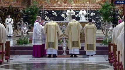 Le pape François célèbre la messe Chrismale dans la basilique Saint-Pierre