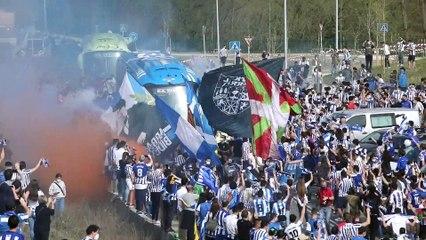 Miles de aficionados despiden a la Real Sociedad sin respetar distancia social