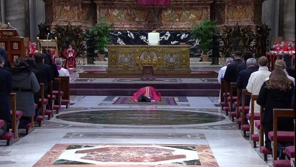 Le pape François célèbre l'office de la Croix dans la basilique Saint-Pierre