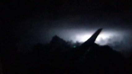 Effrayant : un passager filme un orage depuis son siège dans l'avion