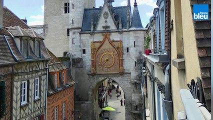 Stéphane Büttner, archéologue nous fait découvrir les graphismes de la tour de l'horloge à Auxerre
