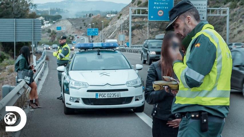 Mujer intenta agredir a los inspectores   Control de Carreteras   Discovery Latinoamérica