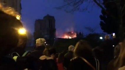 Preghiera davanti a Notre Dame che brucia