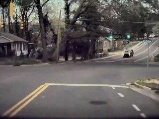 Ce conducteur a failli se faire écraser par un arbre !
