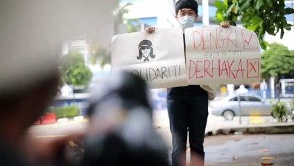 Solidarity gathering for arrested designer Fahmi Reza outside Dang Wangi police station