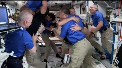 """""""Bienvenue à Crew-2"""" : Thomas Pesquet pénètre à bord de la Station spatiale internationale"""