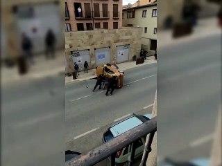 Coche implicado en una carrera ilegal desarrollada por las calles de Puente la Reina