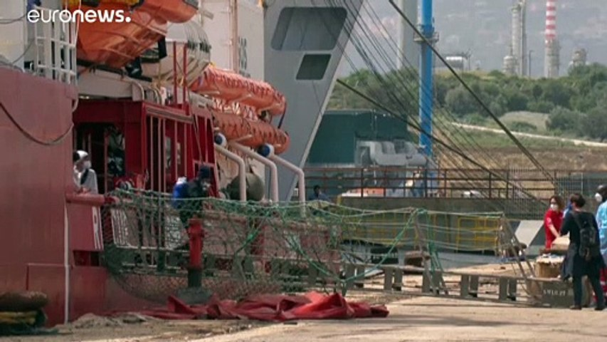 """شاهد: سفينة الإنقاذ """"أوشن فايكينغ"""" تنزل 236 مهاجرا في جزيرة صقلية الإيطالية"""