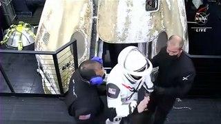 La cápsula de SpaceX con cuatro astronautas llega a la Tierra