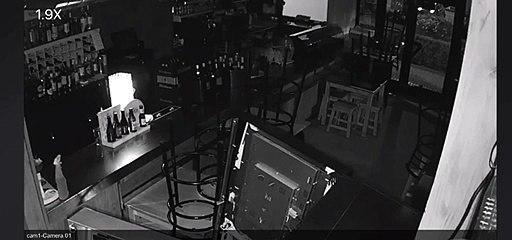 Un ladrón revienta la puerta de un bar con una alcantarilla en Alcorcón