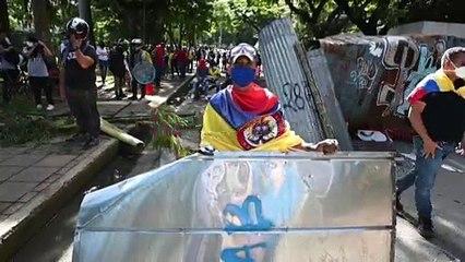 شاهد : اشتباكات بين المتظاهرين والشرطة تؤدي إلى مقتل نحو 20 شخصاً وجرح المئات بكولومبيا