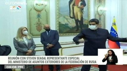 فيديو | الممثل الأمريكي ستيفن سيغال يُهدي نيكولاس مادورو سيف ساموراي