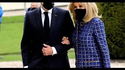 Emmanuel et Brigitte Macron bras dessus bras dessous : tact et sobriété face à Napoléon