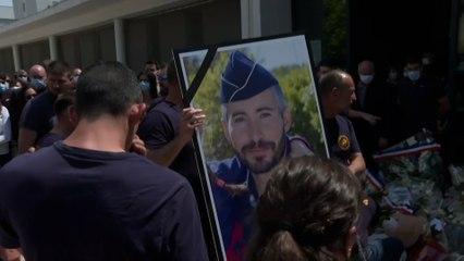Hommage au policier tué : une foule  rassemblée devant le commissariat d'Avignon