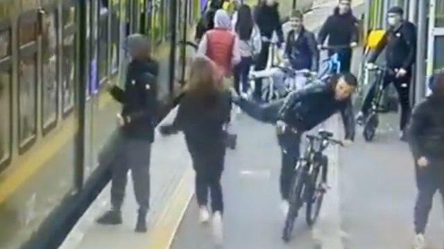 Un grupo de adolescentes tira a una mujer bajo un tren tras amenazar a varias pasajeras