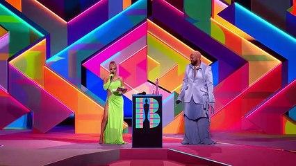 """La chanteuse Dua Lipa rafle deux titres, dont celui du très convoité """"meilleur album britannique"""", lors de la 41e édition des Brit Awards"""