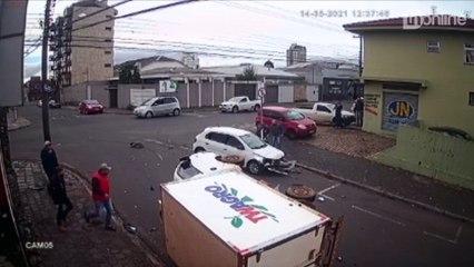 Após acidente, moradores se unem e destombam furgão; veja