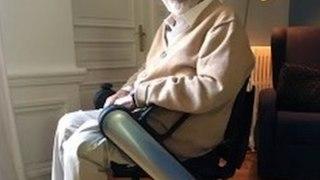 Dominique Farrugia atteint de sclérose en plaques, apparait sur son nouveau fauteuil