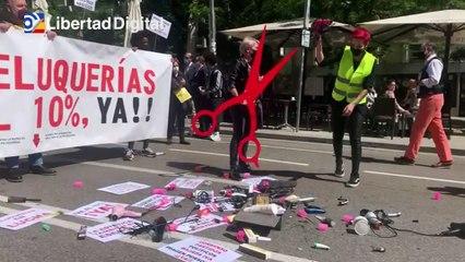 Peluqueras rompen secadores y tijeras en una manifestación en el Congreso