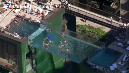 Londres inaugura una piscina flotante a 30 metros de altura entre dos edificios
