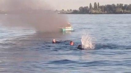 Se burlan de una embarcación LGTB y acto seguido les explota el barco