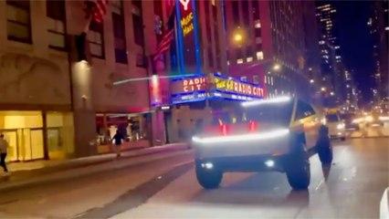 Una vez en la calle el Tesla Cybertruck todavía parece más irreal