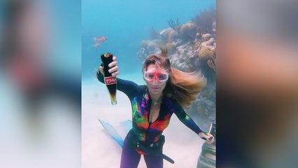El fenómeno sorprendente que sucede al abrir una Coca-Cola bajo el agua