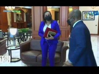 RTG/ Le Ministre Madeleine BERRE remet le rapport du recensement biométrique des agents de l'Etat au Président Ali Bongo