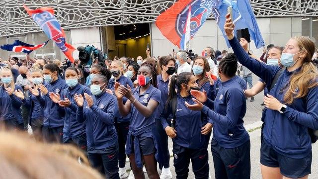 Les joueuses du PSG acclamées par les ultras avant leur match décisif contre Dijon