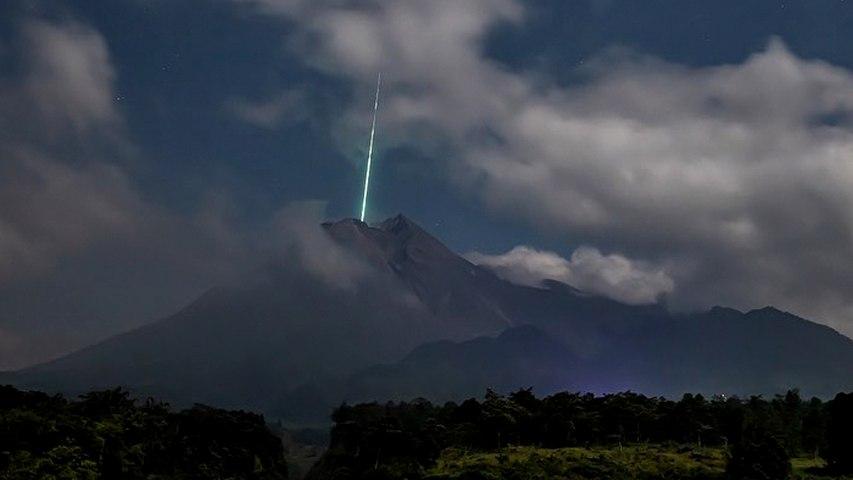 Fotógrafo captura una estrella fugaz cayendo en un volcán