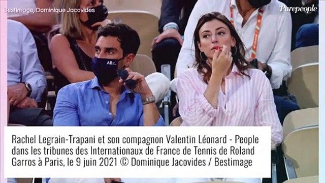 Maeva Coucke décolletée et en compagnie d'un charmant acteur à Roland-Garros