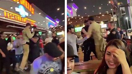 Un policier soulève un homme qui ne veut pas bouger