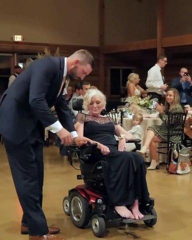 Düğününde evladıyla dans etmek sanırım her annenin hayalidir, şartlar ne olursa olsun... [ @mnf_productions]