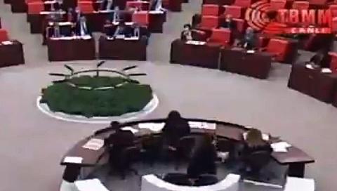 """AKP'li Vahit Kiler Meclis kürsüsünde Bitlis TicaretveSanayi Odası BaşkanıDavut Tezcan'a """"İt"""" dedi"""