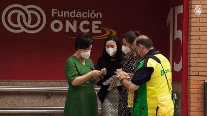 La reina Letizia compra un décimo de la ONCE para ella y otro para la primera dama surcoreana