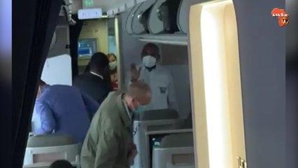 Les premières images de Laurent Gbagbo  dans son avion à Bruxelles
