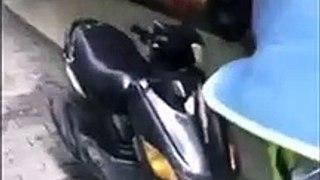 Ce motard fait un burn devant une vitrine et se rate