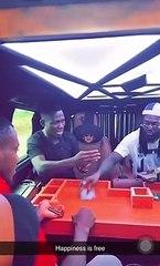 Emmanuel en pleine partie de cartes dans sa Benz Class G