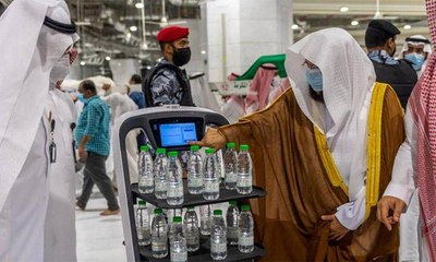تدشين روبوت ذكي يوزّع عبوات مياه زمزم في السعودية
