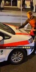 Un supporter suisse sniffe de la coke sur une voiture de police