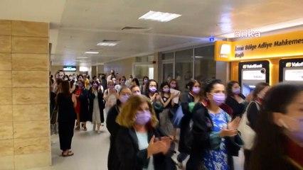 İzmir Barosu avukatları İstanbul Sözleşmesi'nden çıkılmasına karşı adliye koridorlarında ses yükseltti
