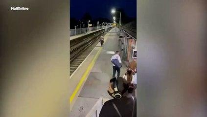 Homem bêbado pula em trilho de trem e escapa por pouco
