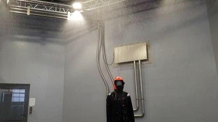 La Rain room pour tester les équipements sous une pluie tropicale