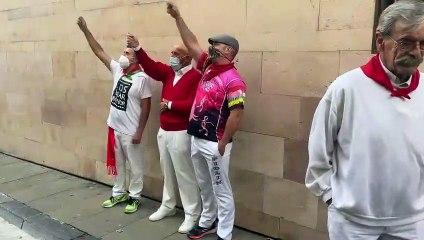 Los incondicionales corredores del encierro de Pamplona acuden este 7 de julio, a las 8 de la mañana, para entonar el famoso cántico previo al encierro