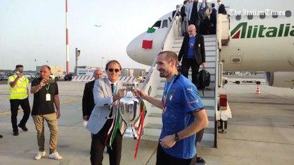 Festa dei tifosi a Fiumicino per l'Italia, Chiellini alza la coppa e...