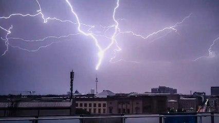 Rayos caen sobre la torre de televisión de Berlín en una exhibición paralizante