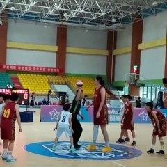 Cette basketteuse chinoise de 14 ans mesure 2m26 !