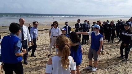 """Jean-Michel Blanquer et Roxana Maracineanu, les ministres de l'éducation nationale et des sports initiés au """"tchoukball"""" sur la plage de Ouistreham"""